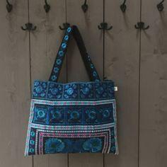 Lekkere grote geborduurde shopper.Sluit door middel van een rits en heeft een met rits afsluitbaar binnenvakje.Kleur: blauw Nepal, Bag Making, Shoulder Bag, Bags, Handbags, Shoulder Bags, Bag, Totes, Hand Bags