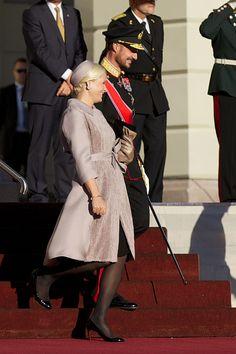 Le Président Pranab Mukherjee de l'Inde et sa fille, Sharmistha Mukherjee, sont arrivés à Oslo pour une visite officielle.  Le Roi Harald, la Reine Sonja, le Prince héritier Haakon et la Princesse héritière Mette-Marit ont accueilli le Président sur la place du palais.