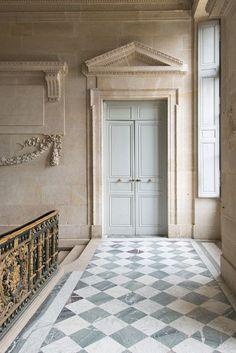 Floor tones with wall tone,
