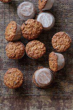 Blåbærmuffins - en sunnere variant laget med fullkorn hvetemel og havregryn. Oppskriften finner du her på Mat på Bordet.