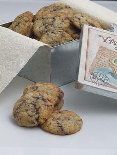 GALLETAS DE AVENA Y VIRUTAS DE CHOCOLATE   -100 gr. de avena  -110 gr. de azúcar  -110 gr. de mantequilla pomada  -1 huevo grand...