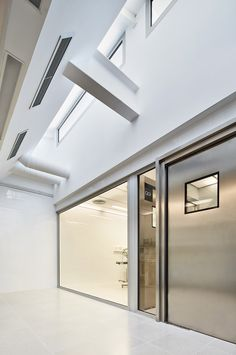 Image 9 of 27 from gallery of Veterinary Hospital Canis Mallorca / Estudi E. Photograph by Jose Hevia Canis, New Hospital, Vet Clinics, Clinic Design, International Style, Interior Architecture, Gallery, Photograph, Home