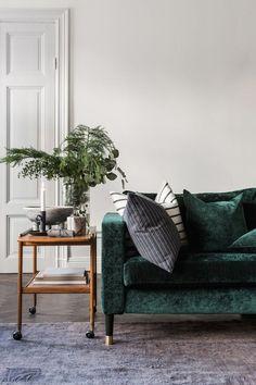 2018 interior decor trends velvet sofa in emerald green living room