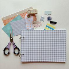 ScrapBi: Como fazer um scrapbook Album Scrapbook, Scrapbook Journal, Diy Scrapbook, Diy And Crafts, Arts And Crafts, Personalized Books, Bookbinding, Cool Gadgets, Paper Art
