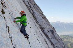 Marcel Remy, con 94 años de edad, logra escalar los 450 metros de altura de la cara noroeste del Miroir de l'Argentino, una legendaria montaña suiza.