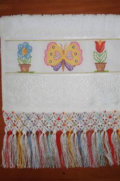 Toalha de Lavabo bordada em Ponto Cruz e trama em Macramê feitos a mão, com motivo de borboleta e vasos de flores <br>Toalha marca Casa In modelo Irina (33cmx50cm) e linhas Anchor Mouliné e Pinguin Brisa Verão. <br>Comprimento do Macramê: 15,5cm Macrame Toran, Macrame Art, Macrame Knots, Swedish Weaving, Macrame Patterns, Lace Making, Needlework, Embroidery, Yarn Crafts