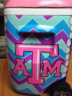 I really want to paint and Ep Sig cooler. Fun Crafts, Diy And Crafts, Arts And Crafts, Painted Ice Chest, Cooler Connection, Coolest Cooler, Cooler Designs, Cooler Painting, I Cool