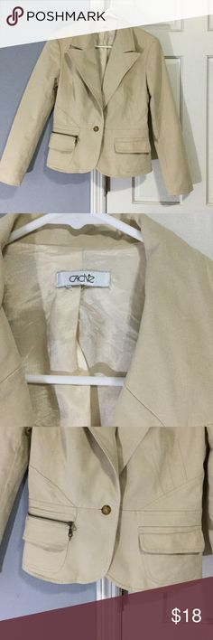 Cache size 8 tan blazer The cut on this is adorable. I gained weight and it no longer fits me.  Very flattering and looks adorable with jeans or slacks.  Great over a fitted dress. Cache Jackets & Coats Blazers
