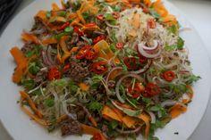 Nuudeleista, kasviksista ja jauhelihasta syntyy herkullinen itämainen nuudelisalaatti. Cabbage, Salads, Spaghetti, Cooking Recipes, Vegan, Vegetables, Ethnic Recipes, Food, Diy