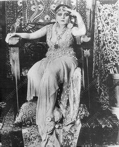 1976 Theda Bara - Silent Movie Star sitting queen suit Press Photo