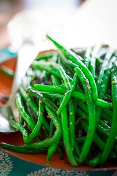 These simple skillet green beans are a perfect healthy side dish for lazy days of summer. Simple one-pot green bean recipe with garlic, olive oil and a little spice. Vegan, paleo and naturally gluten-free. Healthy Sides, Healthy Side Dishes, Side Dish Recipes, Vegetable Recipes, Healthy Snacks, Healthy Eating, Healthy Recipes, Drink Recipes, Vegetarian Recipes