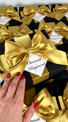 Black & Gold wedding gift box with satin ribbon bow and custom names, Elegant personalized favors for wedding guests. #welcomebox #giftbox #personalizedgifts #weddingfavor #weddingbox #weddingfavorideas #bonbonniere #weddingparty #sweetlove #favorboxes #candybox #elegantwedding #partyfavor #weddingwelcome #goldwedding #blackandgold #gatsbywedding #gatsby #uniqueweddingfavors Handmade Wedding Favours, Edible Wedding Favors, Beach Wedding Favors, Personalized Wedding Favors, Wedding Candy Table, Wedding Gifts For Guests, Wedding Favor Boxes, Destination Wedding Welcome Bag, Wedding Welcome Bags