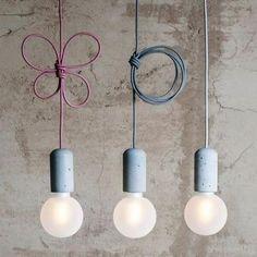 Bekijk de foto van Marington-nl met als titel Leuke hanglampen met betonnen fitting en gekleurde kabel. en andere inspirerende plaatjes op Welke.nl.