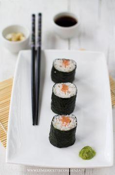 Hosomaki sushi ricetta con pesce crudo, la ricetta per il sushi homemade, hosomaki con salmone crudo o con tonno crudo Sushi Love, My Sushi, Sushi Pictures, Food Pictures, Sushi Hiro, Cute Food, Yummy Food, Tasty, Sushi Donuts