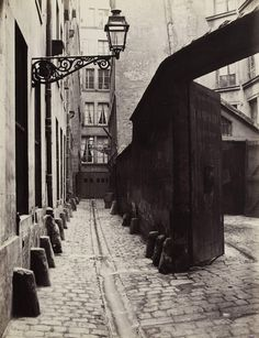 Impasse de la Bouteille de la rue Montorgueil, 1865-1868. | These Intriguing Photos From The 1860s Show A Paris That No Longer Exists