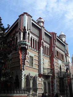 Jugendstil Stijl -  Casa Vicens in Barcelona was het eerste belangrijke bouwwerk van de architect Antoni Gaudí en behoort tot het Modernisme Català, de Catalaanse variant van de art nouveau- en jugendstilbeweging