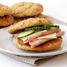 Saftige og næringsrike rundstykker uten gjær og hvetemel. Lchf, Salmon Burgers, Healthy Eating, Healthy Food, Low Carb, Sandwiches, Food And Drink, Healthy Recipes, Fish