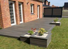 Terrasse de 40 m² en en bois compsite Fiberon Xtrem gris avec intégration de j. Front Patio, Deck Designs Backyard, Backyard Living, Garden Design, Backyard Landscaping Designs, Apartment Patio, Wooden Terrace, Outdoor Decor, Patio Design