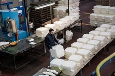 The Floating Piers: Cómo se construyó la última gran obra de Christo y Jeanne-Claude,Enero 2016: En una fábrica en Fondotoce en el Lago Maggiore, 200.000 cubos de polietileno de alta densidad se fabrican en un período de ocho meses antes de la entrega en el sitio de trabajo en Montecolino. Image © Wolfgang Volz