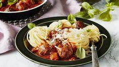 Nopea ja maukas lihapullakastike syntyy valmiista tomaatikeitosta, jossa on reilusti makua sekä tomaatti- ja paprikapaloja. Resepti vain noin 1,65€/annos*.