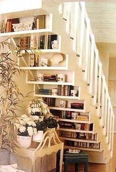 Des étagères pour ranger ses livres sous l'escalier Bookshelves, Bookcase, Diy Storage, Book Storage, Farmhouse Kitchen Decor, Farmhouse Furniture, Diy Fashion, Basement, New Homes