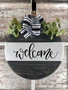 Wooden Door Signs, Wooden Door Hangers, Diy Wood Signs, Wooden Doors, Welcome Signs Front Door, Front Door Decor, Wooden Welcome Signs, Wood Wreath, Diy Wreath