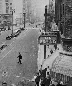 """Corrientes mirando hacia Uruguay. """"Los Inmortales"""" es un café, no la pizzería inaugurada en los años 50´. Big Ben, Times Square, Louvre, Building, Travel, 1930s, World, Old Photography, Nocturne"""