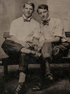 Vintage Kiss, Vintage Couples, Cute Gay Couples, Vintage Men, Queer Art, History Photos, Man In Love, Beautiful Boys, The Past