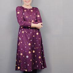 Kleid Nr. 2 ist ein legeres Kleid in schwingender A-Linie in außergewöhnlicher Schnittführung mit Rundhalsausschnitt. Seine figurnahe Passform im Brustbereich und die großzügige Weite um die Hüfte machen es zu einem wunderbar bequemen und lässigen Alltagsbegleiter. Kleid Nr. 2 wird bei entsprechender Stoffwahl aber auch zu einem festfeinen und eleganten Solostar! Elegant, Dresses With Sleeves, Long Sleeve, Fashion, Sew Dress, Line, Classy, Moda, Sleeve Dresses