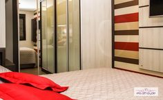 Portas de armário espelhadas auxiliam na ampliação do dormitório, além de serem mega funcionais! Projeto by Basi Arquitetura.