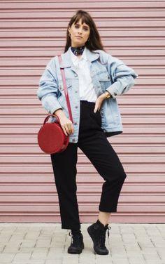 5 peças coringas para dar folga à t-shirt branca. Jaqueta jeans oversized, camisa social branca, calça de alfaiataria preta cropped, bolsa redonda vermelha, all star preto de cano médio, lenço no pescoço, Julia Alcântara