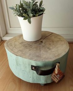 Tree Trunk Table, Wood Stumps, Wooden Crafts, Diy Furniture, Woods, Planter Pots, Woodworking, Instagram Posts, Christmas Crafts