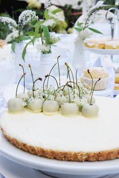 Perfekt für ein White Dinner / Diner en blanc: Der Weiße Chocolate Cheesecake wird nicht gebacken und ist durch die weißen Kirschen ein Blickfang fürs Buffet!