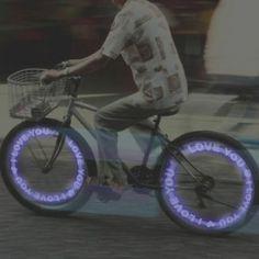 """Las bicicletas son una opción excelente para moverse, y más con el buen tiempo ¿Por qué no decorarla con LEDS  de Mark & Fun de una forma original y llamativa?   Ya de paso, si eres de lo que saca la bici a menudo, te recomendamos dos aplicaciones para tu smartphone: """"Ride the City"""" y """"ArcGIS"""" #bicicletas #bicis #leds"""