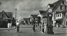 Heiligeweg 1949 Deze straat in het centrum van Paramaribo is de Heiligeweg en kent alleen even nummers. De overzijde is de gedempte Knuffelsgracht.