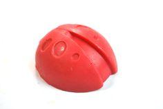 Mydełko glicerynowe w kształcie biedronki. Gołuchowska manufaktura mydła (Spółdzielnia socjalna 1979).