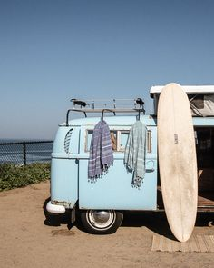 Gifts for surfers – The Ultimate Guide to the coolest gifts for your wave-loving tribe. From surfboard bags and beach towels to fins and art prints. Vw T, Volkswagen Bus, Vw Camper, Volkswagen Beetles, Beach Aesthetic, Summer Aesthetic, Combi Ww, Gifts For Surfers, Bus Interior