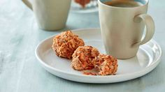 Oříškové kokosky se strouhanou mrkví mírně připomínají mrkvový dort, ale bez zbytečného cukru a krému. Vláčnost zajistí strouhaný kokos a mrkev.