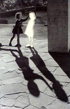 Hans Peter Feldmann, Two girls with shadow, 1999.