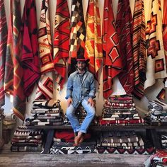 The Sabah dealer in the rug room at Shiprock Santa Fe Southwestern Style Decor, Southwestern Home, New Mexico Santa Fe, Native American Rugs, Navajo Rugs, Lodge Decor, Carpet Design, Fabulous Fabrics, Room Rugs