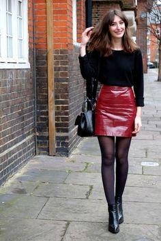Blusa de manga, saia vinil vermelha, meia calça preta, botinha, ankle boot preta