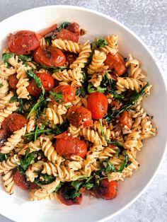 Blistered tomato pasta with fresh arugula, garlic, and gluten free pasta Healthy Dinner Recipes, Healthy Snacks, Vegetarian Recipes, Healthy Eating, Cooking Recipes, Pasta Recipes, Vegetarian Diets, Amish Recipes, Dutch Recipes