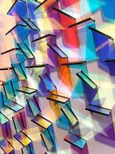Les créations de l'artiste Chris Wood, qui utilise des petits morceaux deverre dichroïque (wikipedia), pour réaliser desuperbes arrangements géométriqu