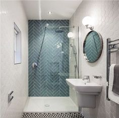 aménagement petite salle de bain avec une douche à l'italienne et carrelage en bleu et blanc