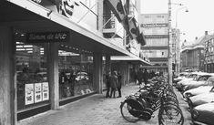 Oude Ebbeingestraat,1962 tussen Jacobijnerstraat en Kwinkeplein. Merk op hoe keurig de rijwielen naast elkaar geparkeerd staan, dat hoef je hedentendage niet meer te verwachten
