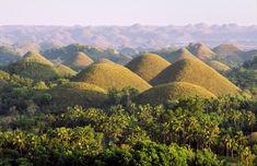 Isola di Bohol, Filippine .  Al centro dell'isola si trovano le Chocolate Hills, strane colline di pietra su cui cresce solo erba. Nel periodo estivo assumono il colore marrone bruciato, simile a quello del cioccolato