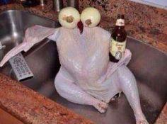 Imagem pixelada de algum animal (vivo ou morto) bebendo cerveja. | X imagens que todo mundo recebe no grupo de família no WhatsApp