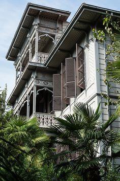 En investissant un ancien pavillon de chasse, l'architecte d'intérieur Serdar Gülgün en a fait la synthèse brillante et très personnelle d'influences diverses. Un rêve d'Orient…  © Reto Guntli