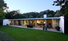 Bungalows by De Kovel architecten, Modern Tropical House Design, Modern House Design, Living Haus, Steel Frame House, Modern Bungalow House, Casas Containers, Long House, Concrete Houses, Modern Architecture House