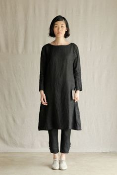 Black linen, the pants buttoned at the ankle : fog linen